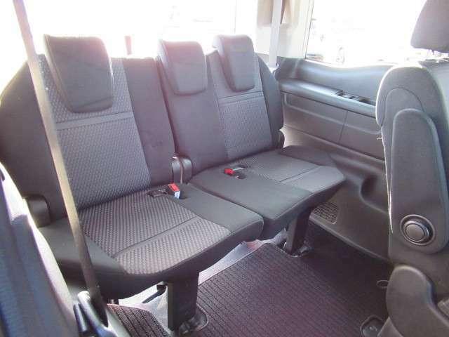 後席も余裕の広さ、ゆったりくつろげます、これなら長距離ドライブも快適。