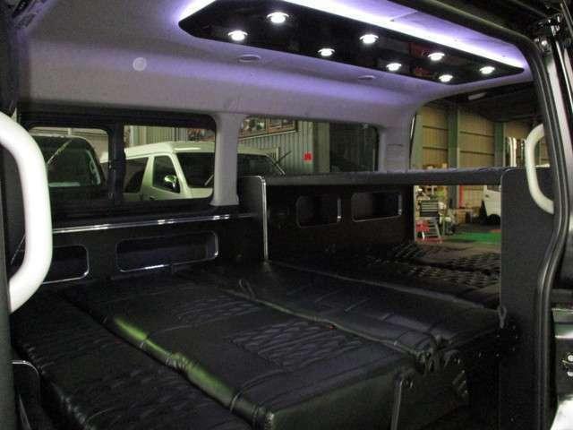 フルフラット&2段ベッド展開!ミドルサイズながら車中泊をメインとしたレイアウトとなっております!!オプションのシーリングLEDも付いております!!間接照明付きでオシャレですよ☆