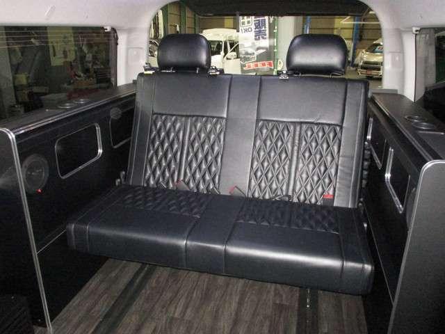 サードシートはコスト重視のT型バタフライ!2列ともヘッドレスト付き!どちらも背もたれ無段階調整リクライニング・座面チップアップ!