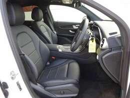 通常モデルには設定がないレザーARTICO素材を用いたブラックのシートを特別装備、シートヒーター(前席・後席)、Mercedes me connect