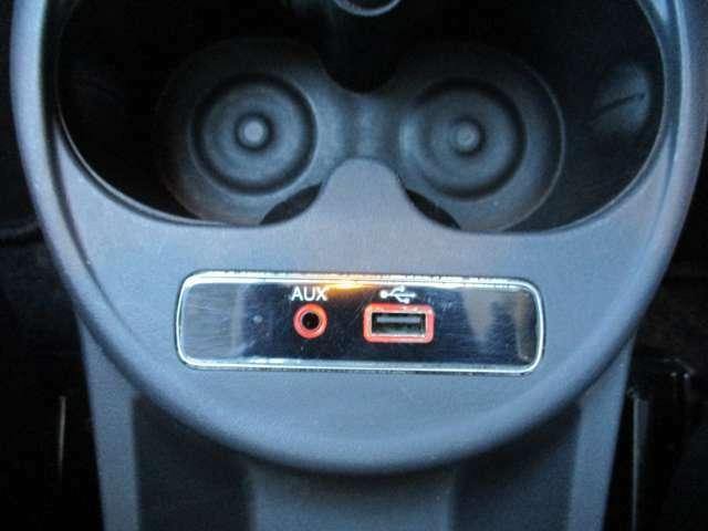PIN&USBポートを備えており、充電機能の他、外部から音楽を車内にて聴くことが出来ます!