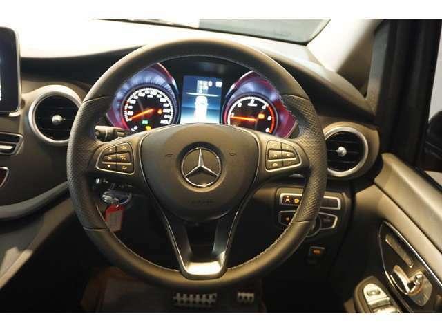 【マルチファンクションステアリング】ステアリングの左右にあるスイッチで各種設定やディスプレイ表示の切替など行うことが出来ます。視線を大きく動かすことなく、安全に運転することが出来ます。