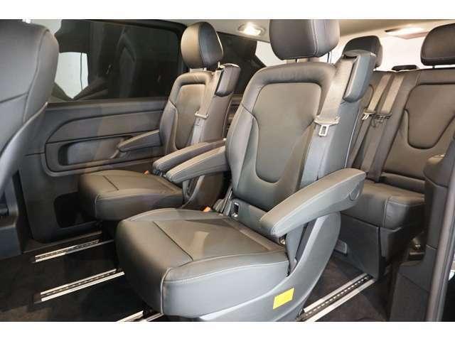 2列目のシートは独立型で左右の座席間をウォークスルーできます。