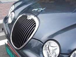 オリジナルジャガーマスコットエンブレム。これが、ジャガーらしきジャガー。円型メッキグリルもセダンの主張・個性的