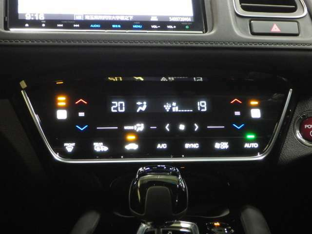 【オートエアコン】温度設定だけのオートエアコンはもちろん、左右別々に調整できますから「暑がりの運転手」と「寒がりの助手席の方」でけんかになりません(^^)/