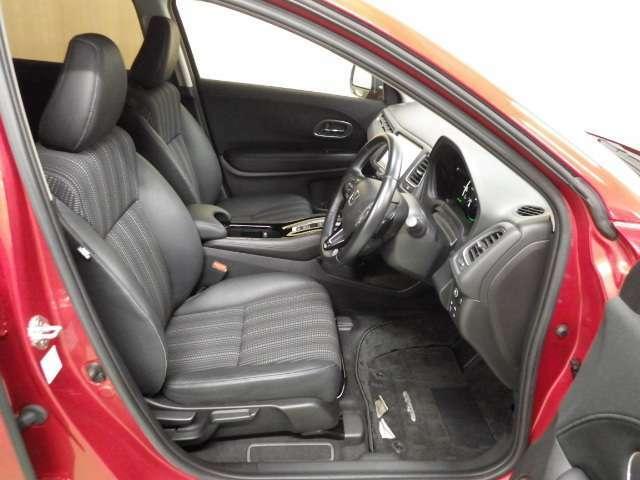 【思わず笑みが】運転席は適度な高さで腰に負担無く乗り込みやすいです。この車はシートの素材と形が良くて座っただけで上質な気分になります。