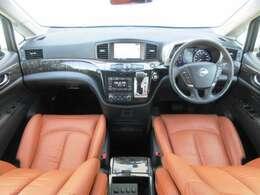 メーカーオプションのHDDナビ・ETC・クルーズコントロール・ドライブレコーダー・オ-トエアコン・インテリジェントキ-等を装備する運転席まわり。