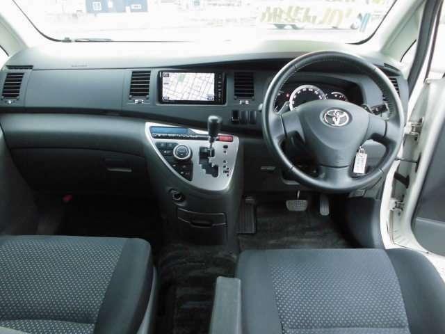 《 運転席・助手席の方を守る安心のWエアバッグ装備!ABS装備で急なブレーキ時のタイヤのロックを防止します! 》