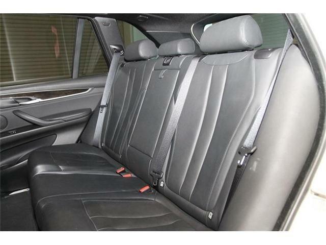 広い後席は家族や友人たちと楽しいドライブに出かけるには最適です。