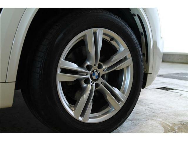 純正19インチアルミが装着されております。タイヤサイズはフロント255/50R19、リア285/45R19が装着されております。
