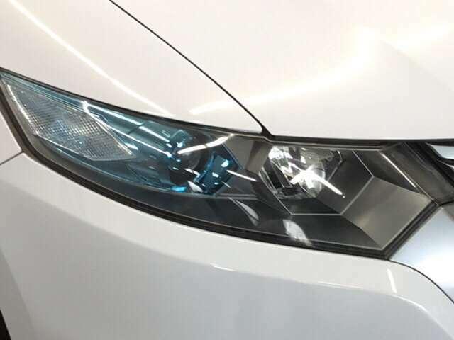 オートライト付きHIDヘッドライト搭載でしっかり明るく照らしてくれるので、夜間走行や不慣れな道でも安心です。