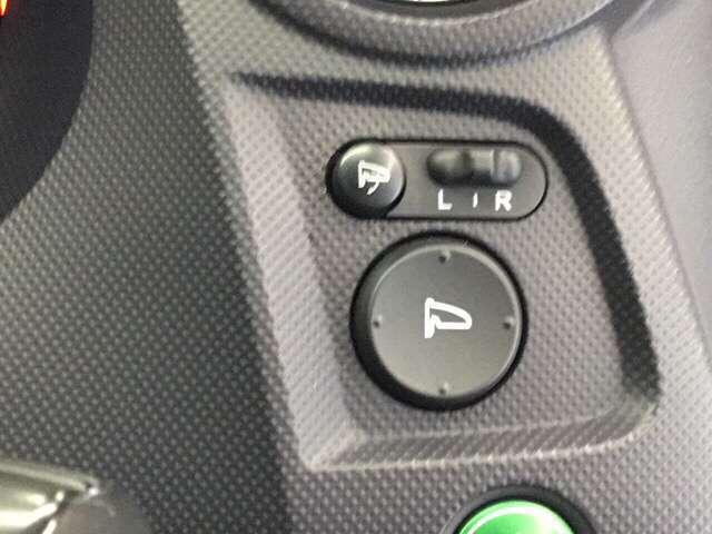電動格納ミラー、手元でドアミラーの角度調整が出来て便利です!