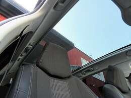 パノラミックサンルーフをオプション装備。電動メッシュシェードで日差しを遮ることができます。