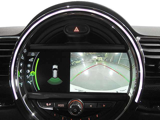 バックカメラの映像は鮮明です。後方の障害物センサーは音と画面上のグラフィックで確認できます。