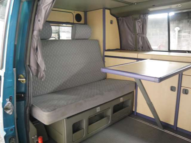 後部座席の下には収納スペースが!!このほかにもたくさん収納スペースがあるので車で使う生活用品を保管しておくのも便利!