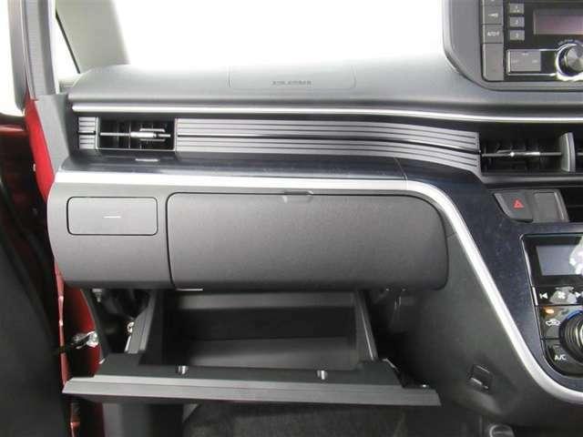 グローブボックスとは、ダッシュボードの助手席の前側に設けられた小物入れです。蓋がついていて、車検証などを入れていることが多いスペース。もともとは、手袋などを収納していたそう。
