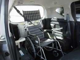 車いす利用者も安全に乗車できるよう、手すりや3点式シートベルトを備えています。