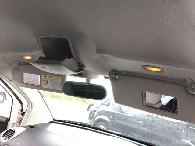 サンバイザーの内側にはミラーがついております。車から降りる前にちょっと身だしなみチェックするのに便利ですよね^^