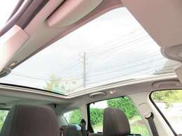 308SWでは、標準装備となるガラスルーフ♪スライディングルーフとなっており、カバーは電動開閉式です♪天気が良い日は、車内が明るくなり、よりドライブが楽しめますね♪