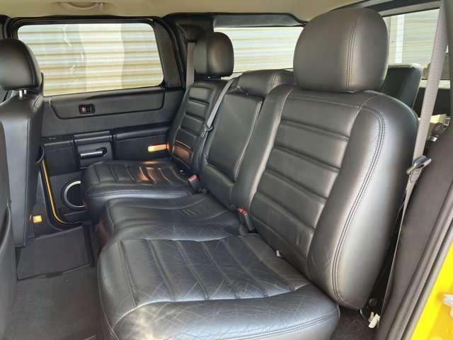 広いセカンドベンチシート。シートヒーターを装備しています。
