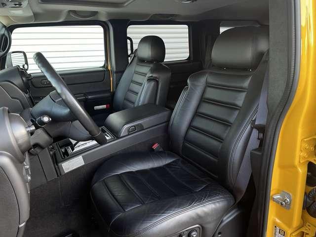 シートはアメリカ車らしい柔らかなマテリアルの本革シートが標準装備です。2003~2004年はウィートレザー(グレー)だったインテリアカラーが2005年からエボニー(ブラック)が加わりました。