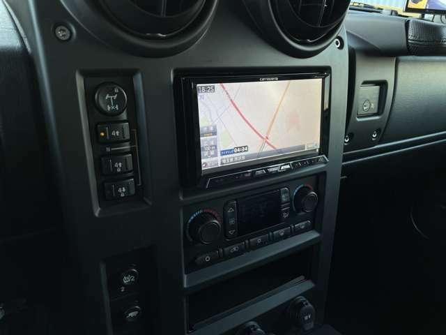 カロッツェリアサイバーナビには地デジ、DVD再生、CD録音、Bluetoothの機能が備わります。右の死角を補うサイドカメラがとても便利です。