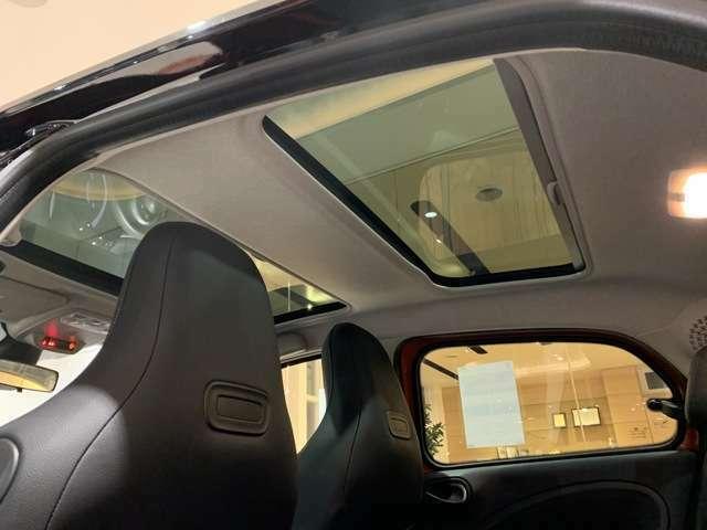 サンルーフはコンパクトな車体に広々とした解放感を与えてくれます!