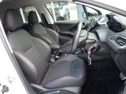 シートはファブリックとテップレザー仕様です。ホールド感のあるフロントシートは長時間の運転でも疲労感を感じさせず、腰への負担も軽減させます。