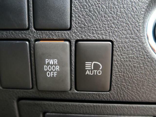 対向車や方向車を検知した場合、自動的にロービームへと切り替えます。アダプティブハイビーム装着車は、検知した対向車や歩行者へ光が当たらないようにコントロールしながらハイビーム状態を維持します♪