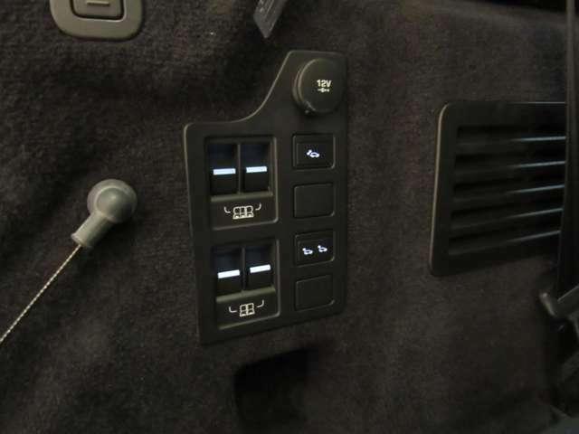 トランク側からシートレイアウトの変更可能。この年式はインナーテールゲートも装着しています。