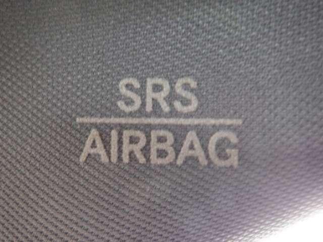 【サイドエアバッグシステム】 クルマの側面衝突事故の際、乗員の頭部への衝撃を和らげるために、サイドウィンドウ上部から飛び出してカーテンのように広がるエアバッグです。