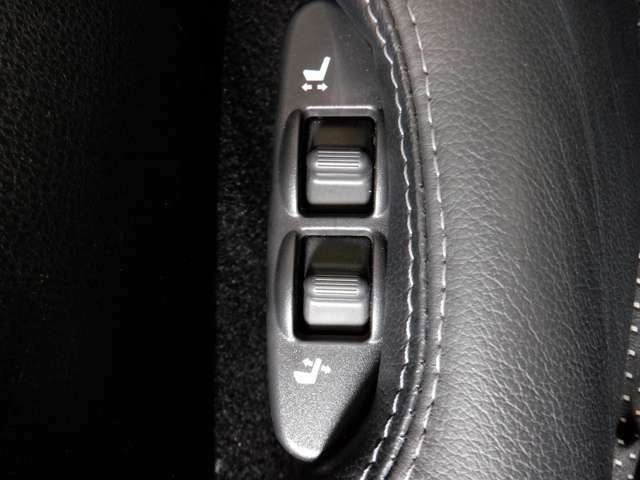 スエード調ファブリックコンビシートにパワーシート(スライド、リクライニング)装備です。