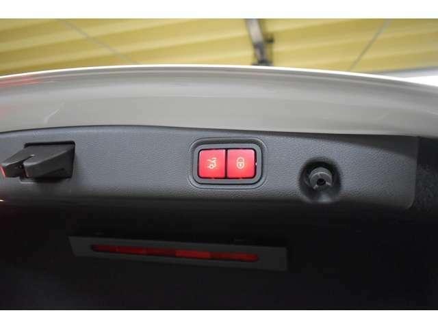 ハンズフリーアクセス(トランク自動開閉機能フットトランクオープナー)搭載!荷物等で両手がふさがっている際、リアバンパーの下側に足を近づけることで、センサーが感知し、トランクの開閉が可能。