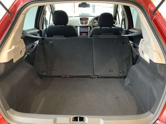 フラットで使いやすいラゲッジルーム!開口部も大きく荷物の積み込みもしやすい!