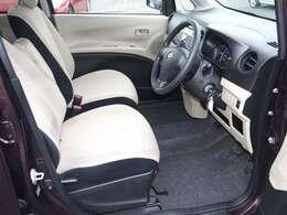 運転席周りは足元が広々のインパネシフトです。足元が広いと車が広く感じます。乗るならこのタイプがお勧めですよ!