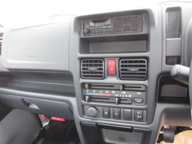 キャリーKCスペシャル新車車両本体価格970.200円のお車になります。衝突軽減ブレーキやブラックメッキガーニッシュやメッキハンドル、パワーウインド、キーレスなど便利な機能付きです。