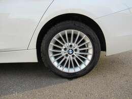 100項目点検と純正部品交換:点検・整備は、ドイツ本社と同様の教育・訓練を受けた専門メカニックが、100項目にも及ぶ箇所を徹底的に厳しくチェック。交換基準に達した部品があれば、BMW純正部品だけを使用します。