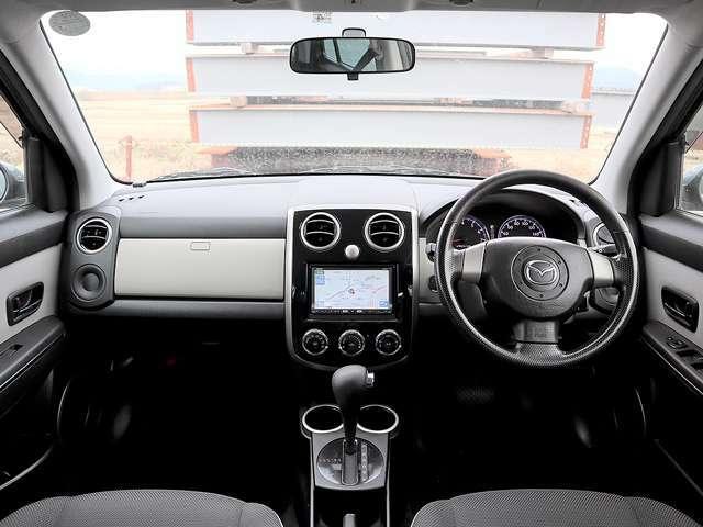 【室内空間】天井・室内等とても綺麗な車両となっております。もちろん気になる匂いや汚れ等もない室内空間ですので、タバコ嫌いや匂いに敏感なお客様でも安心してご検討頂けるお車でございます。
