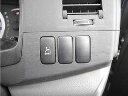 【 左側電動スライドドア 】小さなお子様でもボタン一つで楽々乗り降り出来ます♪駐車場で両手に荷物を抱えている時でもボタンを押せば自動で開いてくれますので、ご家族でのお買い物にもとっても便利な人気装備