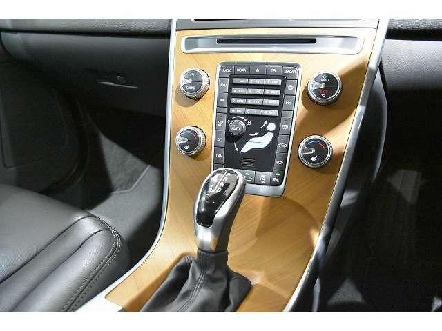 センタースタックのスイッチ類は、エアコン以外はほとんどの操作をステアリングスイッチで行えます。