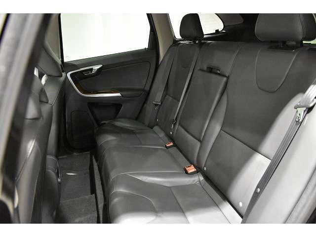 リアのシートバックは十分な高さがあり、長距離移動時の疲労の軽減と、万が一の事故時の安全性を高めます。