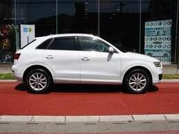 こちらのお車 ノーマル車です。 17インチAW装着 パールホワイトが上品さをアップします。