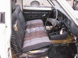 一応ベンチシートです☆二点式のシートベルトで乗れちゃいます♪椅子破れは大です・・・