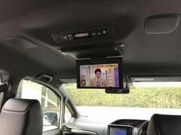 しっかり後席モニターも装備されており後部座席の方も退屈な移動時間も、テレビやDVDを視聴してくつろげます!