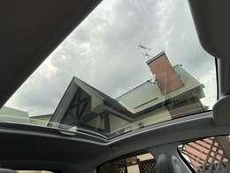 大型のガラスルーフなります♪シェードを開ければ開放感◎で天井も高く車内も明るくなりますので便利な装備です♪
