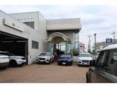 こちらからがジャガーランドローバー静岡サービス工場とショールーム入り口へのアプローチ風景です。