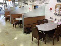 店内はいつも綺麗に保ち、商談スペースにはパーテーションを設け、お話しさせていただきやすくなっております。