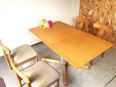商談テーブルです。納得してご購入いただけるよう、しっかりご説明させていただきます。