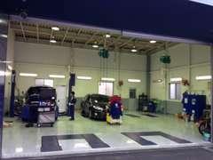 整理整頓の行き届いた工場で大事なお車の整備を行っています。