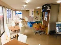 自然の光を贅沢に取り入れるショールームはお客様にくつろいで頂ける様に清潔を心がけております。キッズコーナーも完備!